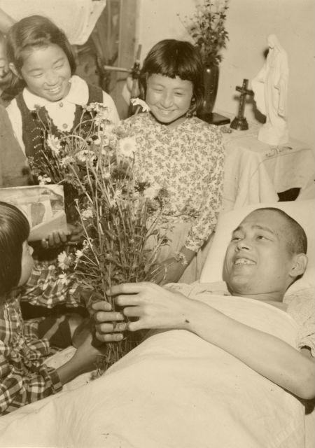 子供達から花のプレゼント博士の回りはいつも花で満ちていた。